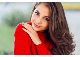 关闭深色的妇女秀丽画象有波浪长的头发的_9419248