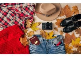 顶视图在平躺的妇女样式配件红色毛线衣_10884032