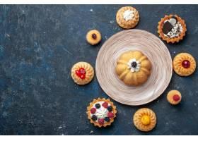 顶视图在黑暗的书桌饼干蛋糕甜水果烘烤的不_10400419