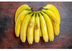 顶视图在黑暗的背景的黄色香蕉_13577244