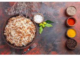 顶视图煮熟的米与调味料在黑暗的表面照片盘_13667138
