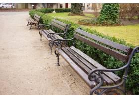 高角度特写镜头射击了木长凳在公园_11061805