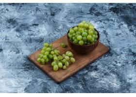 高角度看法碗在切板的白色葡萄在深蓝大理石_13785578