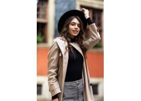 魅力肉欲的年轻时髦的夫人室外时尚画象穿时_13814070