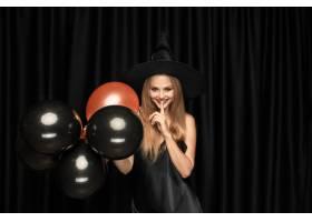 黑帽会议帽子和服装的年轻白肤金发的妇女在_12726899