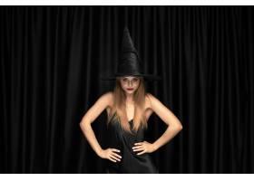 黑帽会议帽子和服装的年轻白肤金发的妇女在_12726901