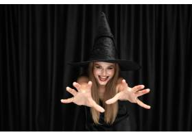 黑帽会议帽子和服装的年轻白肤金发的妇女在_12726903