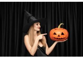 黑帽会议帽子和服装的年轻白肤金发的妇女在_12726906