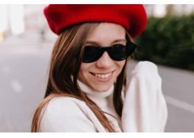 红色贝雷帽和黑眼镜的漂亮的微笑夫人在秋天_11055657