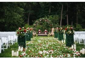 玫瑰花瓣盖绿色庭院准备好传统印度婚礼_3983104