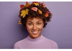 秀丽看的秋天妇女画象在演播室做纵向愉快_12700099