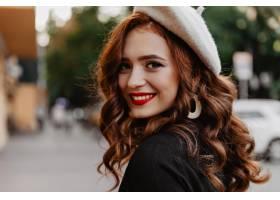 灵感的法国模特在街上笑时髦贝雷帽的姜女_12018102
