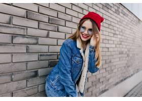 牛仔布服装和蓝色玻璃摆在与逗人喜爱的微笑_10658284