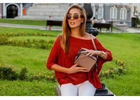 摆在街道上的时髦秋天服装的典雅的白肤金发_10578799