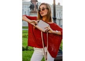 摆在街道上的时髦秋天服装的典雅的白肤金发_10578803