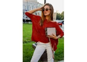 摆在街道上的时髦秋天服装的典雅的白肤金发_10578808