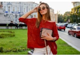 摆在街道上的时髦秋天服装的典雅的白肤金发_10578812
