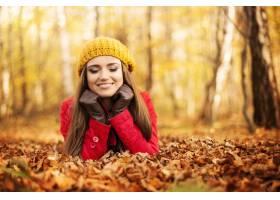 放松在公园的微笑的妇女在秋天_10672474