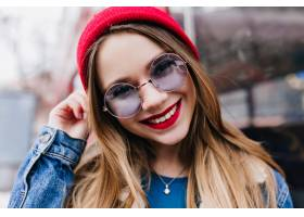 放松在城市的白色女孩特写镜头照片在春天周_10657862