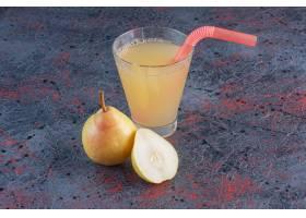 新鲜的杯梨汁用果子_13740353