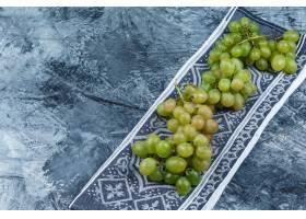 新鲜的葡萄在难看的东西和厨房毛巾背景高角_13786200