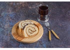 新鲜的蛋糕顶视图与茶的新鲜的蛋糕卷在土气_13884629