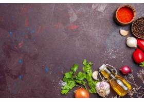 新鲜蔬菜顶视图与调味料的在黑色桌子_15805997