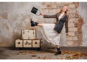 方格的夹克的可爱的时尚微笑的白肤金发的妇_13869820