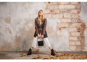 方格的夹克的可爱的时尚微笑的白肤金发的妇_13869833