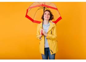 时髦秋天服装的喜悦的笑的女孩站立在遮阳伞_13601615