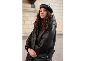 摆在冬天秋天时尚趋向黑河豚外套和皮革帽子_11554952