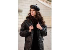 摆在冬天秋天时尚趋向黑河豚外套和皮革帽子_11554964