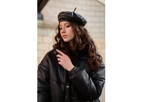 摆在冬天秋天时尚趋向黑河豚外套和皮革帽子_11554970