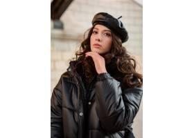 摆在冬天秋天时尚趋向黑河豚外套和皮革帽子_11554976