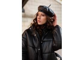 摆在冬天秋天时尚趋向黑河豚外套和皮革帽子_11554981