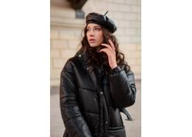 摆在冬天秋天时尚趋向黑河豚外套和皮革帽子_11554988