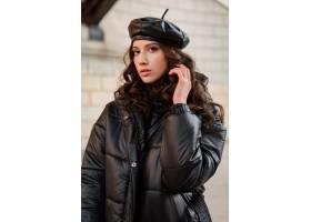 摆在冬天秋天时尚趋向黑河豚外套和皮革帽子_11554993