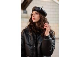 摆在冬天秋天时尚趋向黑河豚外套和皮革帽子_11554999
