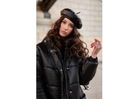 摆在冬天秋天时尚趋向黑河豚外套和皮革帽子_11555006