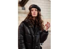 摆在冬天秋天时尚趋向黑河豚外套和皮革帽子_11555012