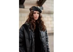 摆在冬天秋天时尚趋向黑河豚外套和皮革帽子_11555018