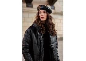 摆在冬天秋天时尚趋向黑河豚外套和皮革帽子_11555023