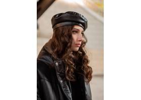 摆在冬天秋天时尚趋向黑河豚外套和皮革帽子_11555029