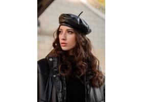 摆在冬天秋天时尚趋向黑河豚外套和皮革帽子_11555034