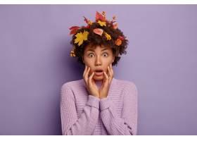女性搭配黑人头发和秋季属性无论讲话随_12701022