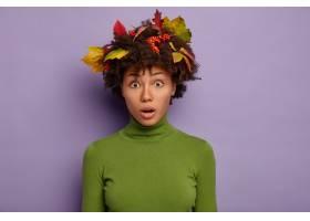 害怕的非洲裔美国女性模型在头发中有五颜六_12701034