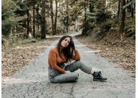 射击坐在秋天公园的一个美丽的妇女_16364720