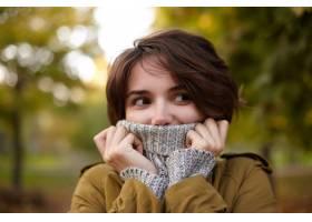 年轻可爱的棕色头发的女性画象有休闲发型冻_12234095