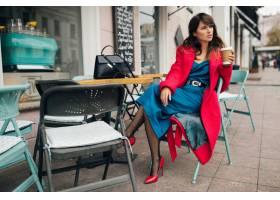 年轻有吸引力时尚的女人坐在城市街道咖啡馆_10687640