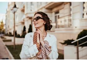典雅的太阳镜的Winsome少妇享受温暖的秋日_11935525